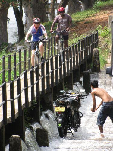 En bicicleta por los caminos del té. Foto Isi Juvé